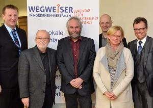 Vorne: Dieter Oelschlägel, Volker Grans, Petra Zerbe (Kinderschutzbund Dinslaken). Hinten:  Minister Ralf Jäger MdL, Stefan Zimkeit MdL, Bürgermeister Michael Heidinger
