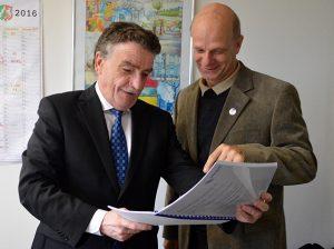 In Stefan Zimkeits Landtagsbüro: Minister Michael Groschek und der Landtagsabgeordnete besprechen die bewilligten Förderanträge.
